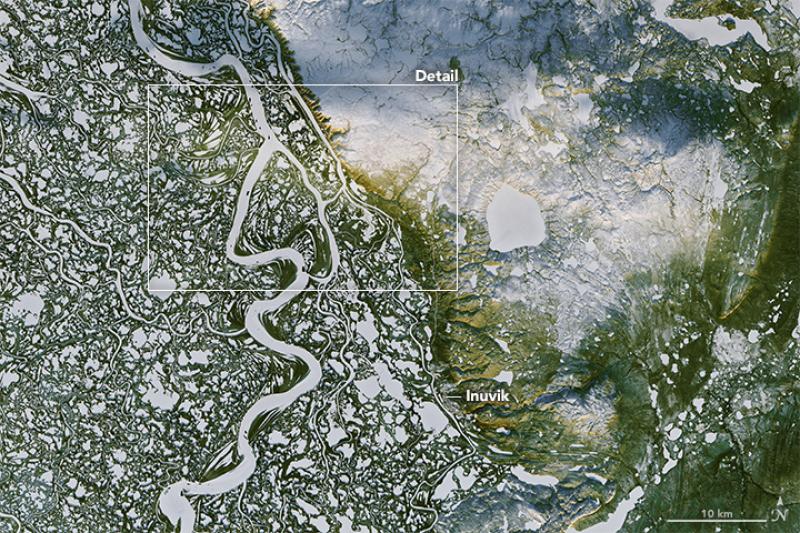 Zamarznięta Mackenzie i miasto Inuvik