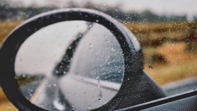 Trudne warunki drogowe w części kraju, burze, deszcz i silny wiatr
