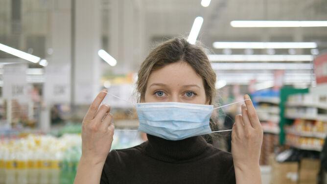 Doktor Grzesiowski: wystarczy złotówka, żeby uniknąć zakażenia