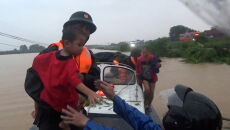 Powodzie po ulewach w Wietnamie (PAP/EPA/STR)