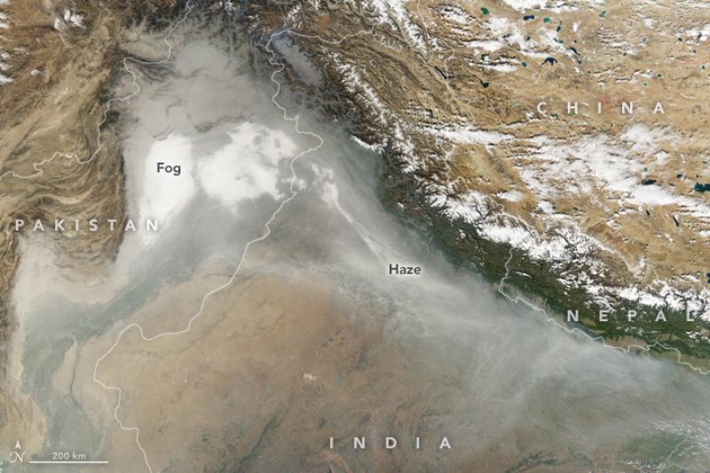 Zanieczyszczenie powietrza w Indiach (Jesse Allen/NASA Earth Observatory)